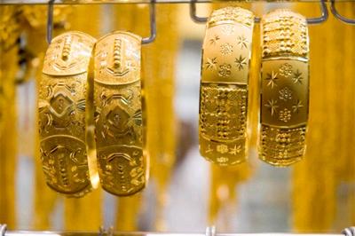 Đồng đô la và chứng khoán sụt mạnh tạo động lực cho giá vàng thế giới