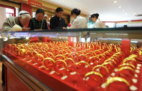giá vàng thế giới đạt mức cao nhất trong 2 tuần do đồng USD suy yếu