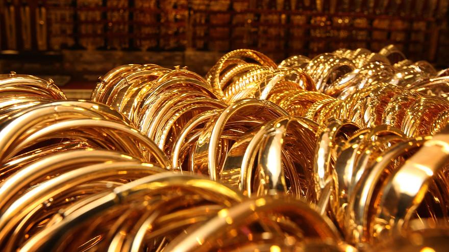 Có nhiều yếu tố tác động khiến giá vàng thế giới và trong nước lao dốc