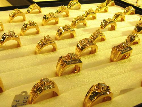 giá vàng hôm nay 24/4 kết thúc một tuần tăng giảm thất thường