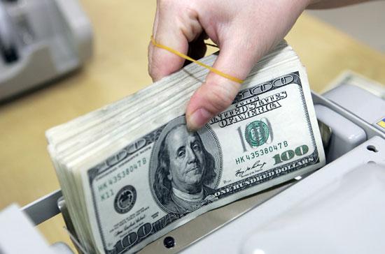 Đồn đoán tăng lãi suất tạo đà cho đồng đô la, gây áp lực lên giá vàng