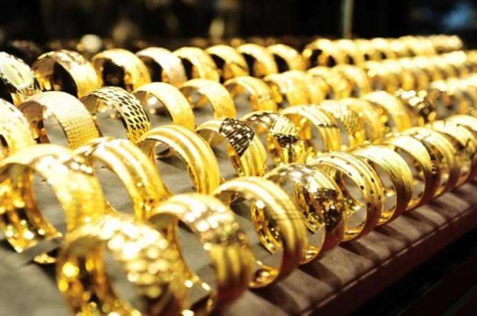 giá vàng thế giới lên cao do đồng đô la đang suy yếu