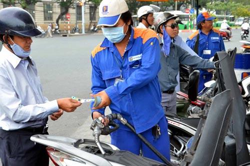 giá xăng dầu trong nước không cải thiện nhiều khiến người dân chịu thiệt