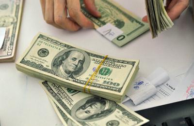 Giá đô la vẫn trong xu hướng tăng cao, gây áp lực lên giá vàng hôm nay