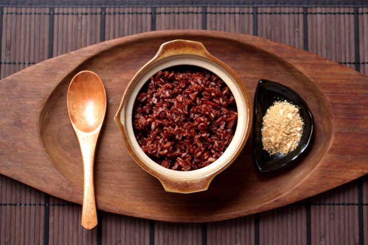 Một cách giảm cân hiệu quả khác là ăn gạo lứt, muối mè