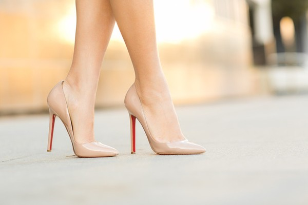 Giày nữ hè màu nude tạo cảm giác đôi chân dài hơn