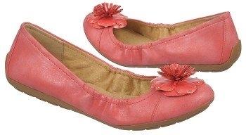 Unite: Nếu bạn đang tìm kiếm một đôi giày nữ tính mà vẫn giữ cảm giác thoải mái khi đi cả ngày, không nhìn xa hơn đó là những đôi giày Unite. Chúng có một đế đệm và một đế ngoài sẽ giữ cho bạn đi trong nhiều giờ.  Những bông hoa tô điểm cho đôi giày trở nên dễ thương và bắt mắt.