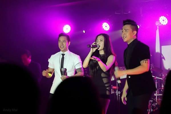 Đây không phải lần đầu tiên Hương Tràm diện chiếc váy này cùng với quần lót trắng. Trong một show diễn ở Australia, cô cũng mặc nguyên set đồ này khi diễn chung với nhóm The Men.