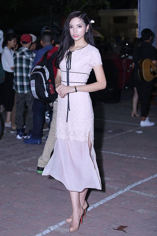 Đển dự chương trình cô xuất hiện với trang phục ren trắng đang là mốt nằm trong bộ sưu tập mới của Elise. Bộ vây dài với những đường thắt eo khiến Hoa hậu Việt Nam 2014 thêm phần nữ tính và toả sáng.
