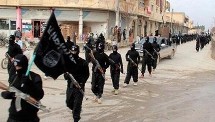 Các tay súng IS diễu hành trên đường phố ở Syria
