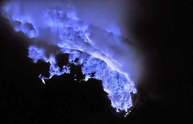 Ngọn lửa xanh kỳ lạ trong hồ núi lửa Kawah Ijen