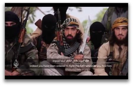 Tên khủng bố IS luôn cầm một khẩu súng máy và dao rựa để 'nhắc nhở' những người Hồi giáo