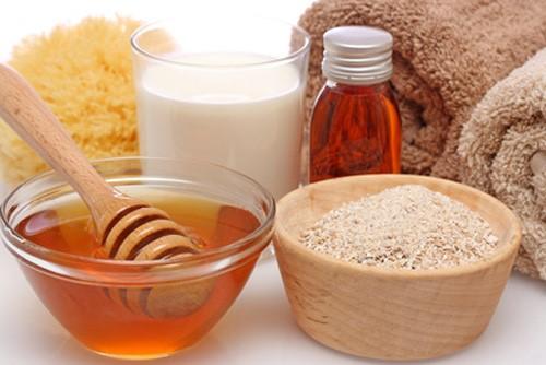 Mật ong và bột yến mạch kết hợp thành kem làm trắng da giúp da luôn tươi trẻ, hồng hào
