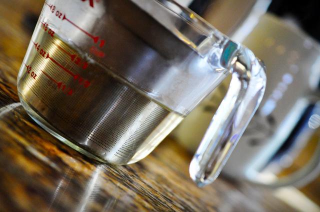 Đổ 180ml nước nóng khoảng 92o (đụn sôi nước, sau đó để tầm 10 phút) vào cốc đựng lá chè và ngâm trong vòng 5 phút