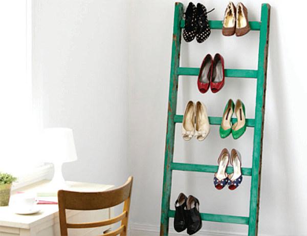 Sử dụng một chiếc thang để lưu trữ giày dép cũng là một giải pháp thông minh