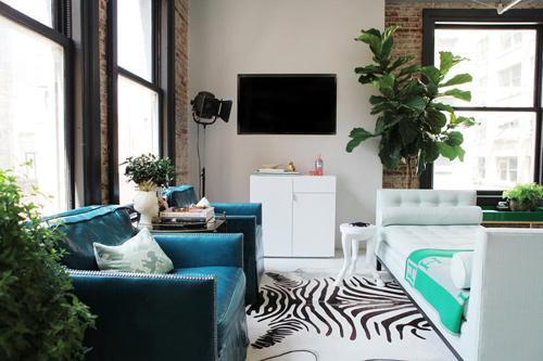Trang trí phòng khách bằng ghế sofa không có tay vịn và lưng giúp tiết kiệm không gian