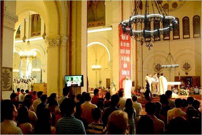 Lễ đón chúa Giêsu ra đời lúc 0h ngày 25/12 tại nhà thờ Đức Bà Sài Gòn.
