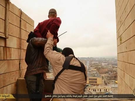 Khủng bố IS ném 2 người đàn ông từ trên nóc nhà vì tội đồng tính