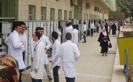 Các bác sĩ và sinh viên khoa Y tại một trường đại học Y ở Mosul, nơi khủng bố IS chiếm đóng