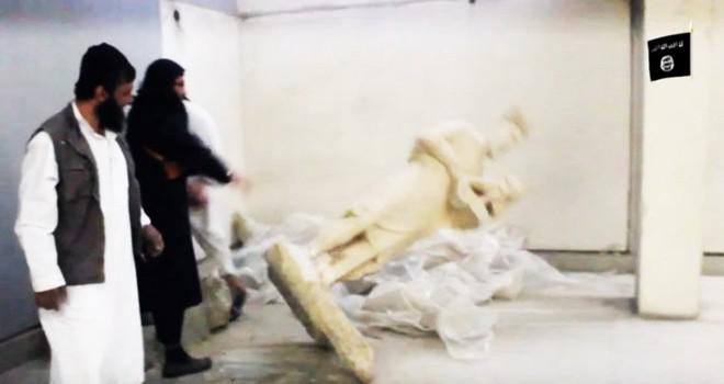 Khủng bố IS đẩy bức tượng xuống nền đất