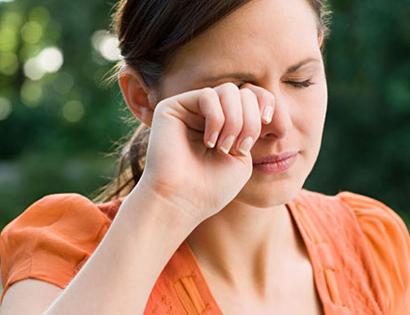 Kính áp tròng màu kém chất lượng có thể là nguyên nhân gây bệnh đau mắt đỏ