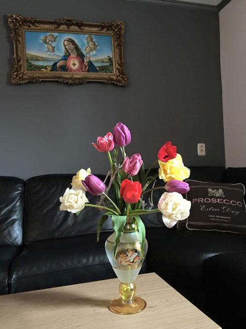 Tulip yêu cầu cường độ ánh sáng ở mức trung bình đến yếu. Trong điều kiện trồng vào những ngày nắng, cần che bớt ánh sáng, nếu trời râm mát thì không cần che ánh sáng, chỉ cần che mưa, sương muối.