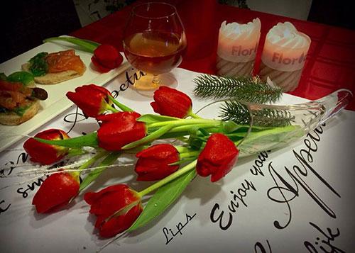 Trên bàn ăn nhà chị cũng luôn luôn có một bình hoa thấp hoặc nằm làm cho bữa ăn ngon miệng và ấm cúng hơn nhiều. Mùa đông luôn kèm nến thơm.