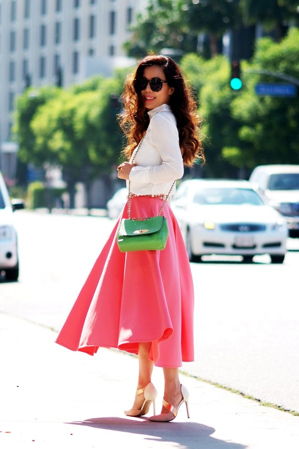 Chân váy midi màu nổi mang lại sự trẻ trung và đầy cá tính cho bạn gái