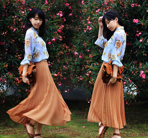 Chân váy midi và áo hoa là một gợi ý cho bạn gái yêu phong cách vintage cổ điển