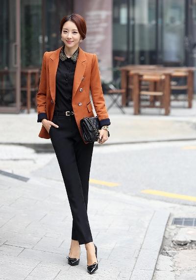 Các cô nàng trẻ trung có thể chọn chiếc áo màu nổi để thu hút và nổi bật hơn