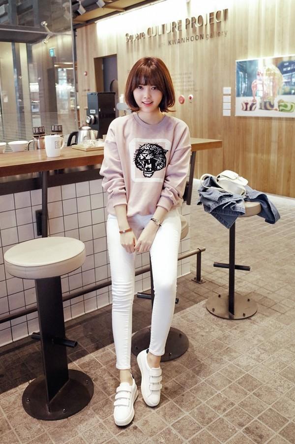 Bạn gái có thể mặc đẹp mỗi ngày bằng việc phối áo phông dài tay và quần jeans sáng màu