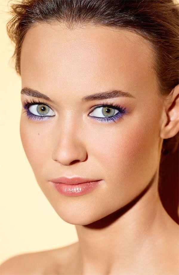 Kẻ mắt màu xanh dương giúp đôi mắt to và sáng hơn. Ảnh minh họa