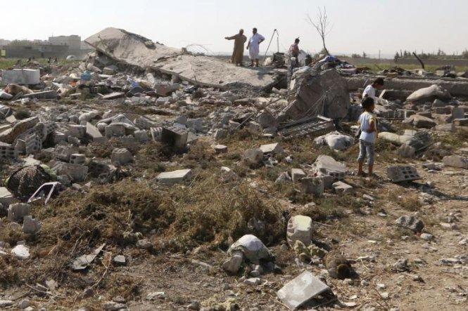 Nhà dân bị hư hại sau một vụ máy bay quân sự rơi ở Syria