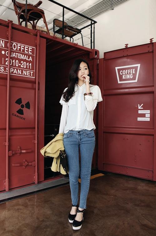 Mix sơ mi trắng với quần jean sáng màu. Ảnh minh họa