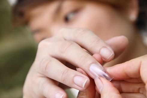 Keo gắn móng tay giả chứa nhiều độc tố nguy hại