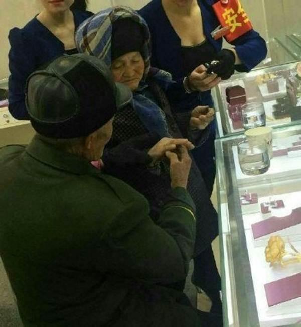 Những bức ảnh chụp lại cảnh tượng vô cùng cảm động tại một cửa hàng trang sức ở trung tâm mua sắm thành phố Tân Cương.