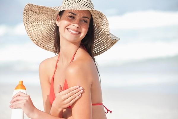 Kem chống nắng là một loại mỹ phẩm mùa hè không thể thiếu với các chị em