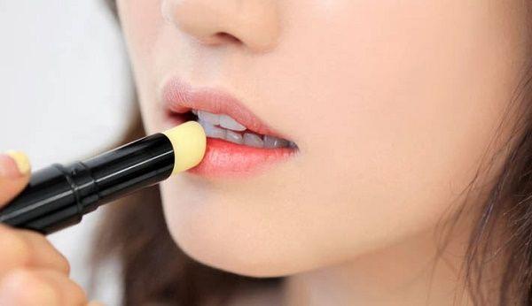 Mùa hè bạn gái nên dùng son dưỡng môi để bảo vệ đôi môi luôm mềm mại