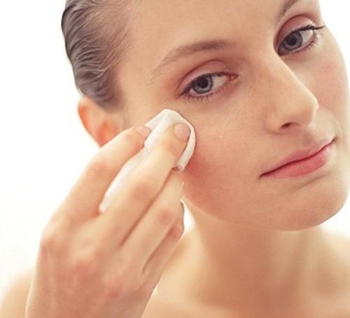 Giấy thấm dầu sẽ giúp bạn gái loại bỏ những lớp dầu thừa trên gương mặt
