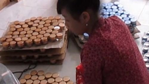 Mỹ phẩm nhái được làm từ bột pha trộn với hóa chất và hương liệu