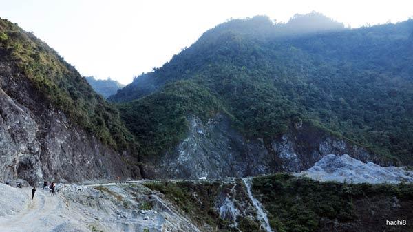 Đèo Thung Khe hay đèo Đá Trắng, nằm giữa Cao Phong và Mai Châu của Hòa Bình, trên quốc lộ 6. Con đèo đi qua những vực đá dựng đứng, không quá dài và quá dốc nhưng nổi tiếng nguy hiểm