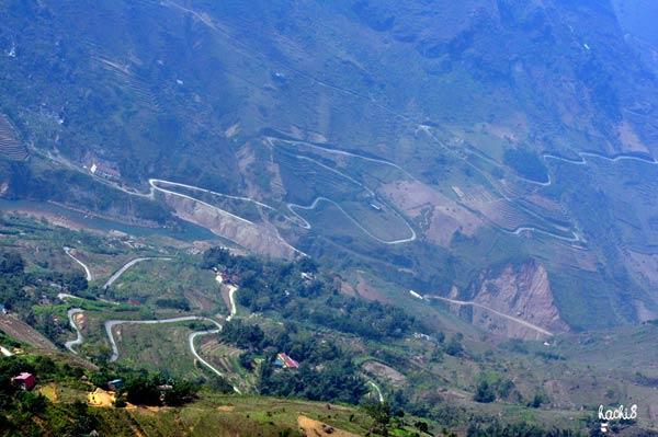Dốc Xín Cái nằm trên con đường ngoằn ngoèo đi xuống dòng nho quế rồi lai lên những đỉnh núi trùng điệp ở mảnh đất vùng sâu và xa nhất của tỉnh Hà Giang