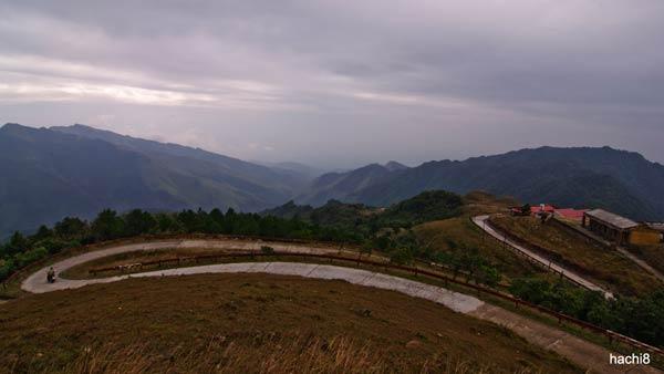 Đường đi lên đỉnh Mẫu Sơn rất dốc và nhỏ chỉ đủ một làn xe, một bên là núi, một bên là vực sâu. Vào mùa đông mặt đường gần như đóng băng sẽ rất trơn trượt khó đi