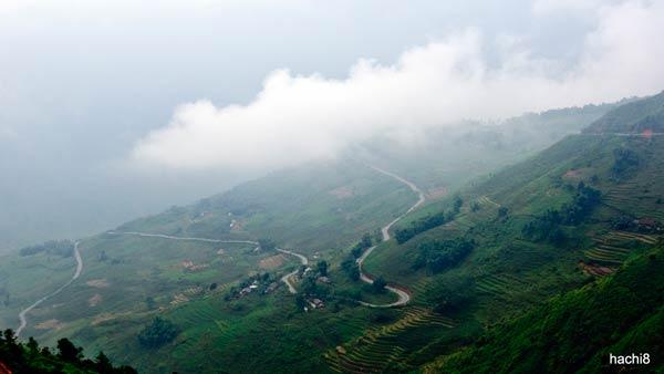 Những con đường dốc ngoằn ngoèo, quanh co, ẩn hiện trong mây trời Tây Bắc