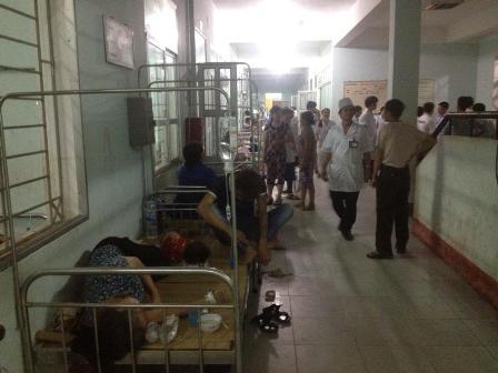 Do số lượng người bị ngộ độc chuyển lên bệnh viện huyên khoảng hơn 100 người cùng lúc nên bệnh viện phải sắp xếp nằm cả ở ngoài hành lang.