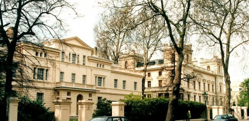 Kensington Palace Gardens, London, Vương quốc Anh . Tỷ phú người Nga Roman Abramovich khoe khoang rằng ông dễ dàng sở hữu những căn nhà ở London và đặc biệt là căn nhà ở Kensington Palace Gardens với tổng tài sản cá nhân ước tính khoảng 10.2 tỷ USD. Ông đặc biệt xây dựng ngôi nhà này khác với những ngôi nhà khác ở Kensington bằng cách lắp đặt hệ thống trung tâm y tế, bảo tàng ô tô và sân tennis. Điều này làm gia tăng đáng kể giá trị gốc của ngôi nhà khoảng 140 triệu USD trong năm 2011.