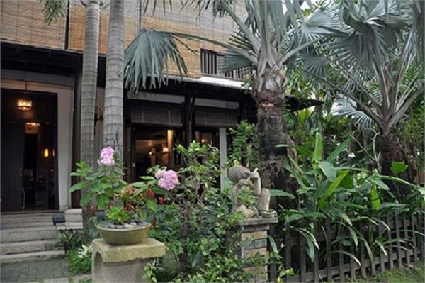 Kiến trúc sân vườn được trang trí với nhiều loại cây cảnh, hoa tươi tô sắc