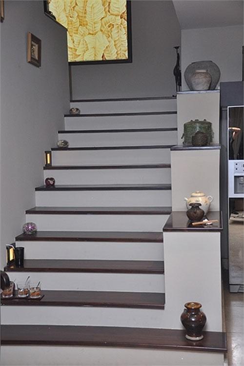 Những bình gốm được đặt dọc theo hành lang hướng lên tầng lầu là điểm đặc trưng của ngôi nhà