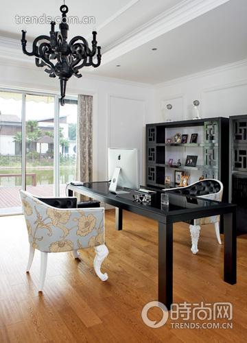 Phòng đọc sách với sàn gỗ và nội thất bọc da điểm hoa. Nét chấm phá cổ điển theo kiểu Trung Hoa cũng tạo nên điểm nhấn lạ mắt cho căn phòng