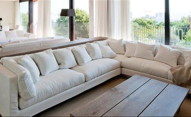 Phòng khách được bố trí lấy màu trắng làm tông màu chủ đạo